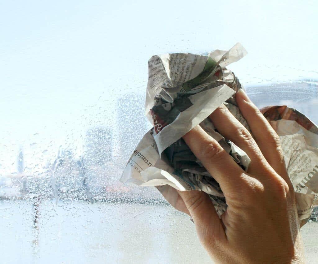 Cách lau sạch cửa kính